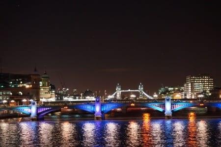 FOTO noční letecký pohled na Londýn